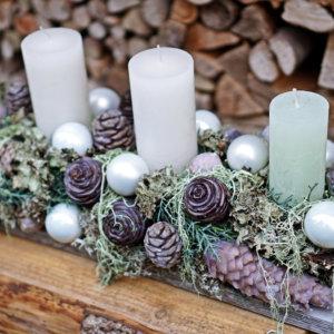 Adventsgesteck auf Brett grün - weiss