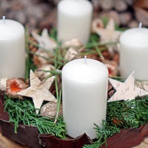 Adventskranz mit Föhrenrinde