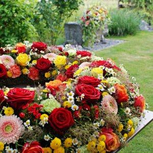 Blumenkranz mit Sargbouquet